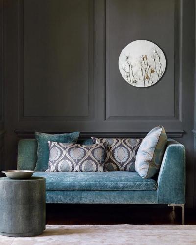 интерьер голубой диван